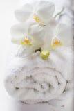 Concept de STATION THERMALE avec la serviette et l'orchidée Photos stock