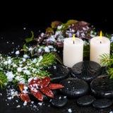 Concept de station thermale d'hiver des pierres de basalte de zen, branches à feuilles persistantes, rouges Images stock