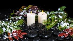 Concept de station thermale d'hiver des pierres de basalte de zen, branches à feuilles persistantes, rouges Photos libres de droits