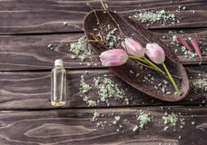 Concept de station thermale fleurs, essence de lavande, sel aromatique images stock