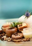 Concept de STATION THERMALE : savon fait main avec les grains de café, la cannelle et l'anis Image stock