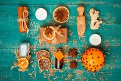 Concept de station thermale sur le fond en bois : Huiles aromatiques, sel, savon, agrume, bougies de cannelle photographie stock