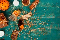 Concept de station thermale sur le fond en bois : Huiles aromatiques, sel, savon, agrume, bougies de cannelle photographie stock libre de droits