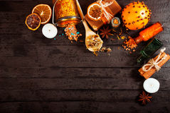Concept de station thermale sur le fond en bois : Huiles aromatiques, sel, savon, agrume, bougies de cannelle image libre de droits