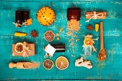 Concept de station thermale sur le fond en bois : Huiles aromatiques, sel, savon, agrume, bougies de cannelle image stock