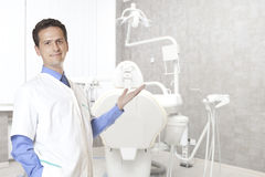 Concept de stomatologie - dentiste masculin heureux au bureau dentaire de clinique photo stock