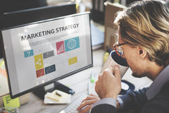 Concept de stratégie marketing de Thinking Planning Working d'homme d'affaires images libres de droits