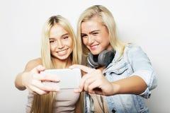 Concept de style de vie, de bonheur, émotif et de personnes : deux filles de hippie prenant la photo Images libres de droits