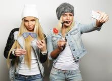Concept de style de vie, de bonheur, émotif et de personnes : deux filles de hippie prenant la photo Selfie heureux Images stock