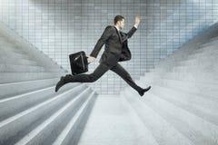 Concept de succès avec l'homme d'affaires sautant images libres de droits
