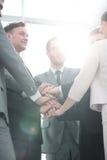 Concept de succès d'équipe : équipe d'affaires se tenant avec la main pliée Photo stock