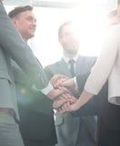 Concept de succès d'équipe : équipe d'affaires se tenant avec la main pliée Photos libres de droits