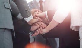 Concept de succès d'équipe : équipe d'affaires se tenant avec la main pliée Photographie stock