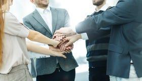 Concept de succès dans les affaires : équipe amicale d'affaires se tenant en cercle et joignant ses mains ensemble Photo stock