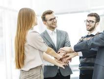 Concept de succès dans les affaires : équipe amicale d'affaires se tenant en cercle et joignant ses mains ensemble Photographie stock