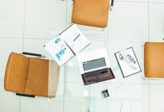 Concept de succès dans les affaires, les graphiques financiers et de vente, le carnet et les verres sur la table transparente dan Images libres de droits