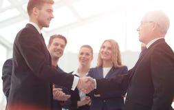 Concept de succès dans les affaires Pièce fiable d'affaires de poignée de main Image stock