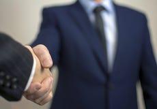 Concept de succès dans les affaires - poignée de main de l'homme et d'enfant Photos stock