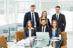 concept de succès dans les affaires - une équipe professionnelle d'affaires dans le lieu de travail dans le bureau Photographie stock