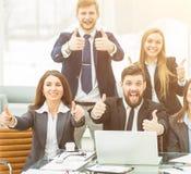 concept de succès dans les affaires - une équipe professionnelle d'affaires est enchantée avec les accomplissements du travail co Photos libres de droits