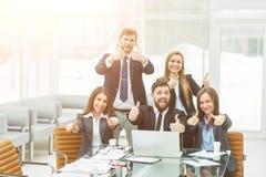 concept de succès dans les affaires - une équipe professionnelle d'affaires est enchantée avec les accomplissements du travail co Image stock