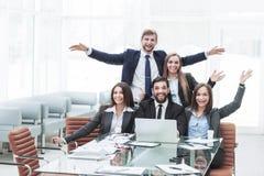 concept de succès dans les affaires - une équipe professionnelle d'affaires est enchantée avec les accomplissements du travail co Photographie stock libre de droits
