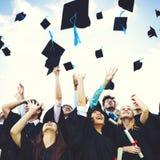 Concept de succès de bonheur jeté par chapeaux d'obtention du diplôme Photo stock