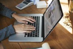 Concept de succès de croissance d'ordinateur portable de démarrage d'entreprise photographie stock libre de droits