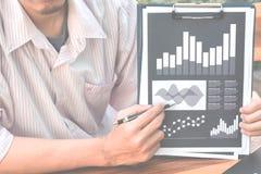 Concept de succès de statistiques commerciales : analytics mars d'homme d'affaires Photos stock