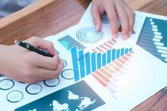 Concept de succès de statistiques commerciales : analytics mars d'homme d'affaires Image libre de droits