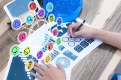 Concept de succès de statistiques commerciales : char d'analytics d'homme d'affaires Photographie stock