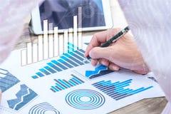 Concept de succès de statistiques commerciales : char d'analytics d'homme d'affaires Image stock