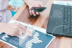 Concept de succès de statistiques commerciales : char d'analytics d'homme d'affaires Images stock