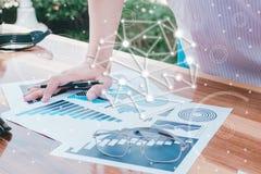 Concept de succès de statistiques commerciales : char d'analytics d'homme d'affaires Photo libre de droits