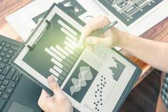 Concept de succès de statistiques commerciales : char d'analytics d'homme d'affaires Images libres de droits