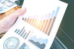Concept de succès de statistiques commerciales : char d'analytics d'homme d'affaires Photographie stock libre de droits
