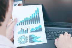Concept de succès de statistiques commerciales : char d'analytics d'homme d'affaires Photos stock