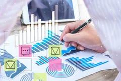 Concept de succès de statistiques commerciales : char d'analytics d'homme d'affaires Image libre de droits