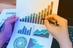 Concept de succès de statistiques commerciales : fina d'analytics d'homme d'affaires Images stock