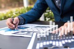 Concept de succès de statistiques commerciales : fina d'analytics d'homme d'affaires Images libres de droits