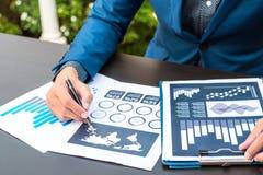 Concept de succès de statistiques commerciales : fina d'analytics d'homme d'affaires Photographie stock libre de droits