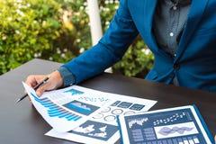 Concept de succès de statistiques commerciales : fina d'analytics d'homme d'affaires Image stock