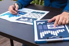 Concept de succès de statistiques commerciales : fina d'analytics d'homme d'affaires Photos stock