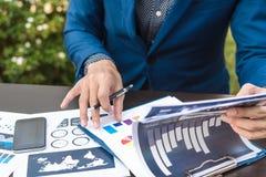 Concept de succès de statistiques commerciales : fina d'analytics d'homme d'affaires Image libre de droits