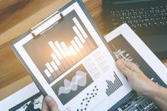 Concept de succès de statistiques commerciales : marque d'analytics d'homme d'affaires Images libres de droits