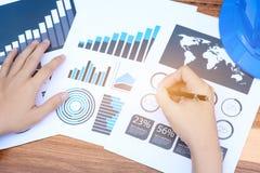 Concept de succès de statistiques commerciales : marque d'analytics d'homme d'affaires Photographie stock