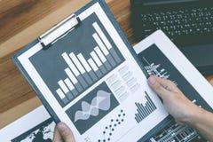 Concept de succès de statistiques commerciales : marque d'analytics d'homme d'affaires Image stock