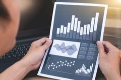 Concept de succès de statistiques commerciales : marque d'analytics d'homme d'affaires Photos libres de droits