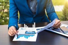 Concept de succès de statistiques commerciales : marque d'analytics d'homme d'affaires Photos stock