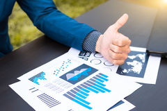 Concept de succès de statistiques commerciales : marque d'analytics d'homme d'affaires Photo libre de droits